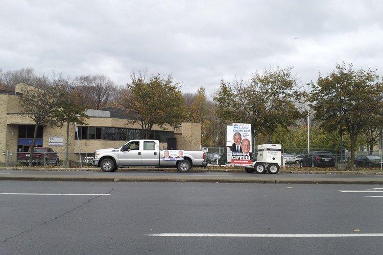 Une camionnette placardée d'affiches d'un candidat s'était stationnée... (Photo: La Presse)