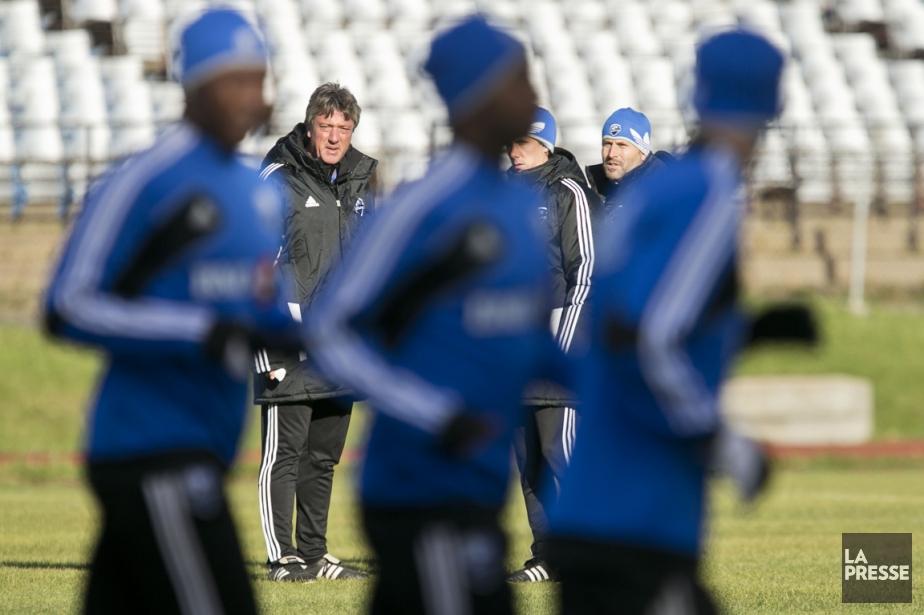 L'entraîneur Marco Schällibaum regarde ses joueurs s'échauffer. L'Impact... (Photo Hugo-Sébastien Aubert, La Presse)