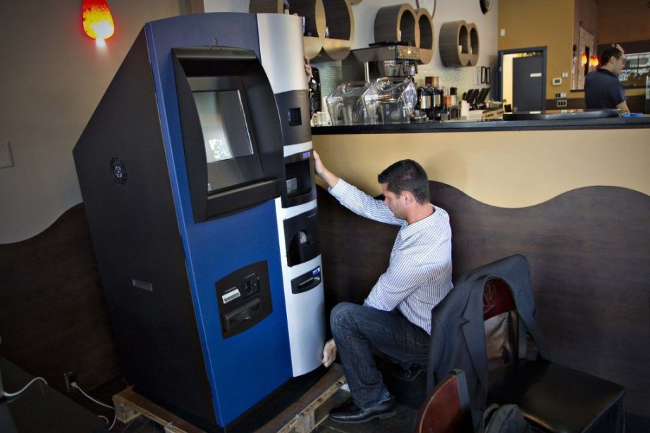 Baptisée Robocoin, cette machine installée dans un café... (PHOTO ANDY CLARK, REUTERS)