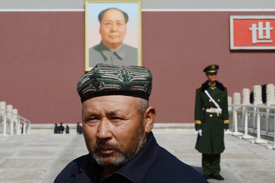 Un Ouïghour, originaire du Xinjiang, pose pour une... (PHOTO MARK RALSTON, ARCHIVES AFP)