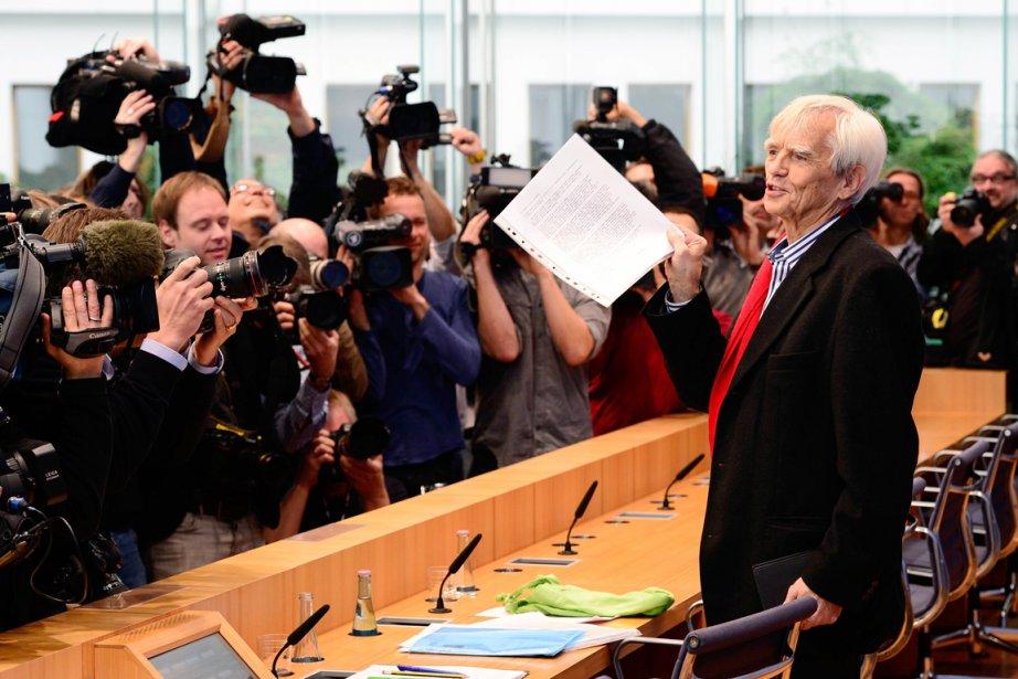 Le député écologiste allemand Hans-Christian Ströbele montre aux... (PHOTO JOHN MACDOUGALL, AFP)