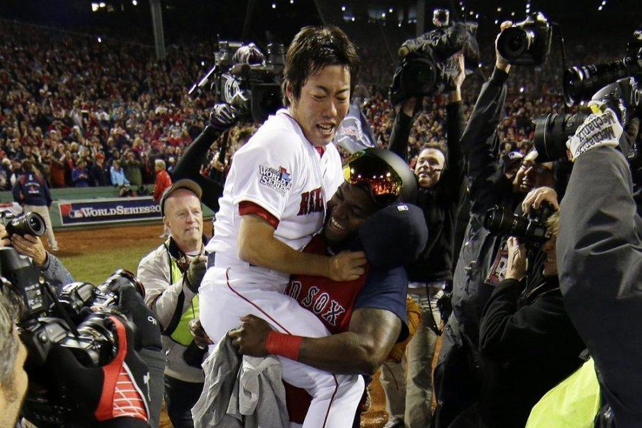 David Ortiz prend dans ses bras Koji Uehara,... (Matt Slocum)