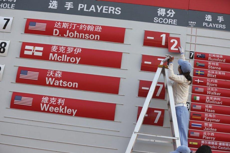 Un travailleur affiche le pointage deDustin Johnson sur... (PHOTO EUGENE HOSHIKO, ASSOCIATED PRESS)