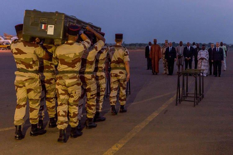 Les corps des journalistes assassinés ont été transportés... (Photo: AFP)