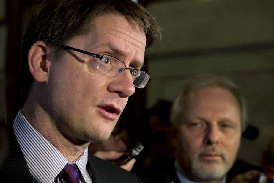 Le ministre Sylvain Gaudreault et son collègue responsable... (Photo archives La Presse Canadienne)