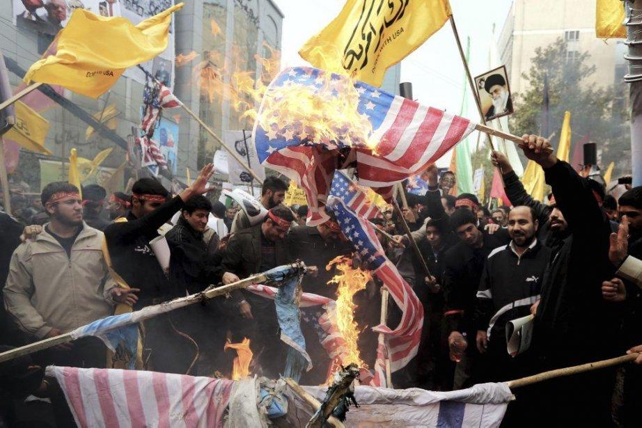 Des Iraniens ont brûlé des drapeaux américains devant... (PHOTO AGENCE FRANCE PRESSE)