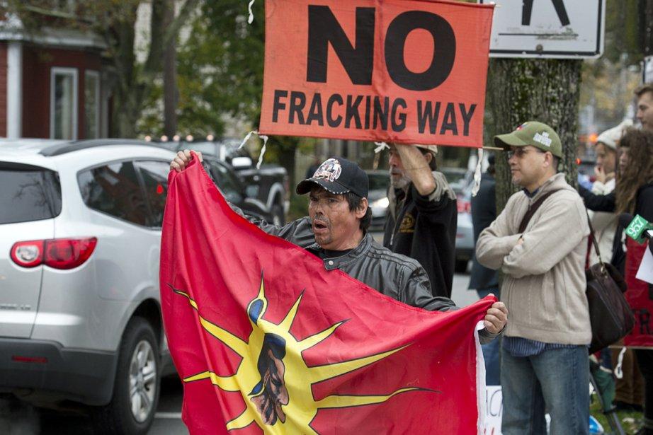 Des citoyens ont manifesté contre les gaz de... (PHOTO ANDREW VAUGHAN, LA PRESSE CANADIENNE)