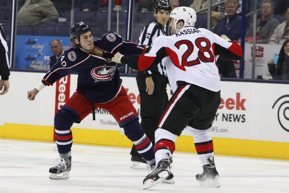 Jared Boll et Matt Kassian s'affrontent sur la glace du Nationwide Arena. (Russell LaBounty, USA TODAY Sports)