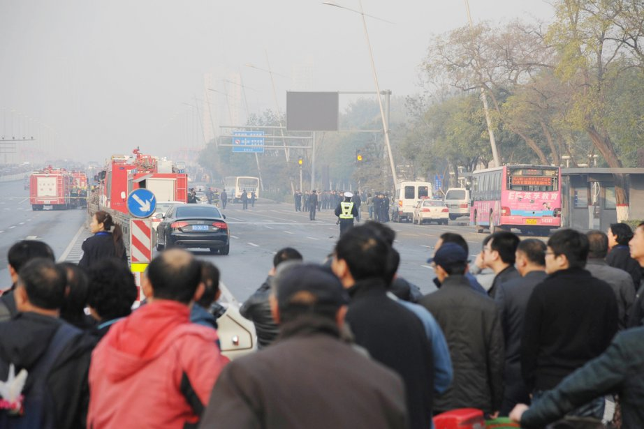 Les explosions, déclenchées peu avant 8h (19h mardi,... (PHOTO AFP)
