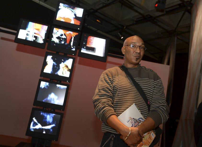 Avec son oeuvre «Kwa Bawon», l'artiste Maksaens Denis synthétise des images de la vie haïtienne (rites vodou, agitation politique, manifestations pacifiques, etc.) dans un hommage aux Haïtiens dont les problèmes sont trop souvent oubliés. Présentées dans des moniteurs disposés en croix, les images honorent Bawon Samdi, chef du kafou (carrefour) entre le monde des vivants et celui des morts. (Le Soleil, Patrice Laroche)