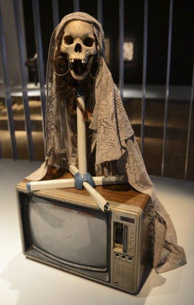 Jean Claude Saintilus. «Sans titre», 2009,  techniques mixtes. Un crâne surmonte un téléviseur des années 80 ayant appartenu à la grand-mère de l'artiste. Ce téléviseur symbolise la lumière de son âme. Cette oeuvre évoque également Grann Brijit, mère de tous les Gede. (Le Soleil, Patrice Laroche)