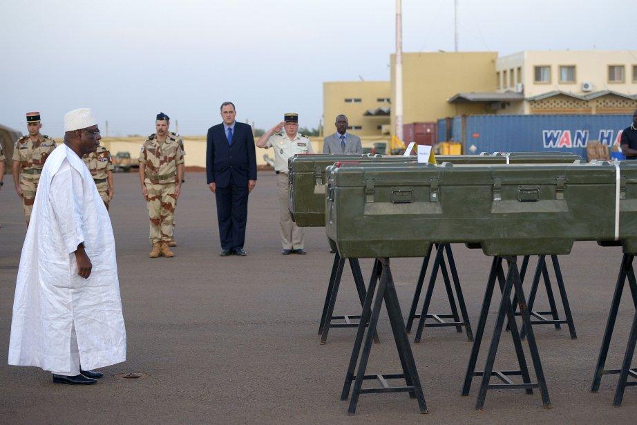 Le président malienIbrahim Boubacar rend hommage aux deux... (Photo PHILIPPE DESMAZES, AFP)