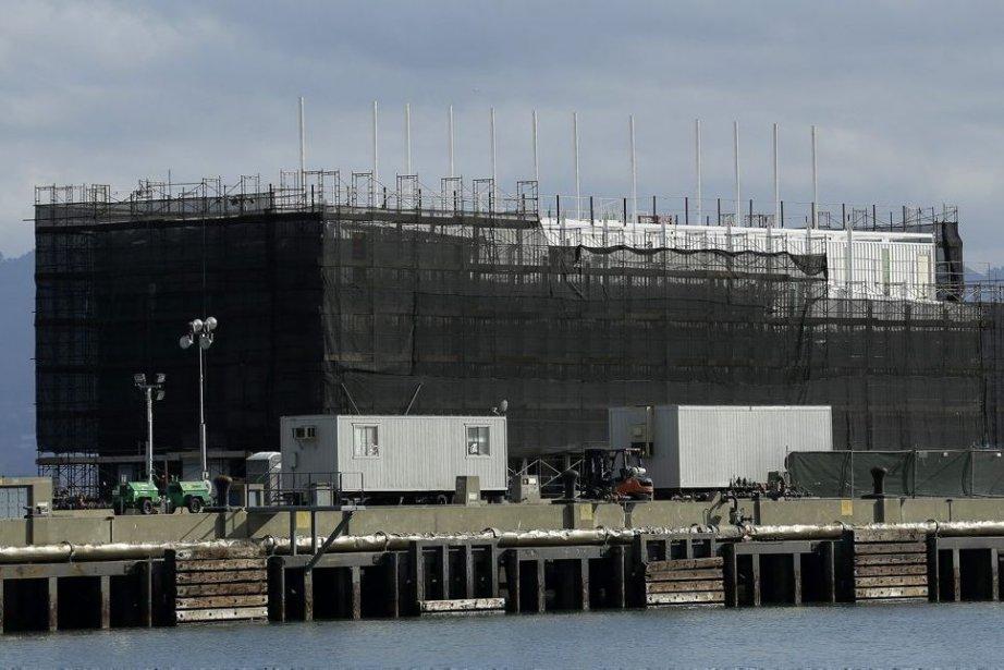 L'énorme barge de 76 m sur 22 avait... (Photo Jeff Chiu, AP)