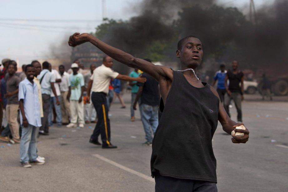 Des groupes de jeunes manifestants venus des quartiers... (Photo Dieu Nalio Chery, AP)