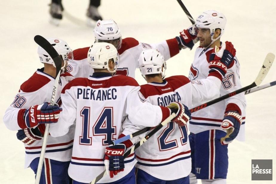 Les joueurs du Canadien célèbrent leur but face... (Photo Étienne Ranger, LeDroit)