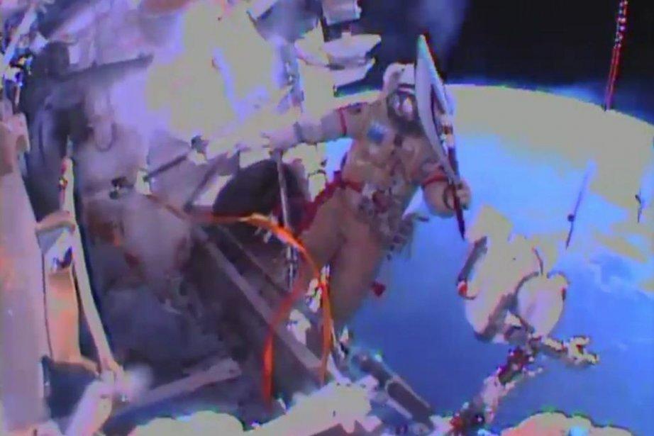 Deux cosmonautes russes sont sortis samedi de la... (Image fournie par la NASA)
