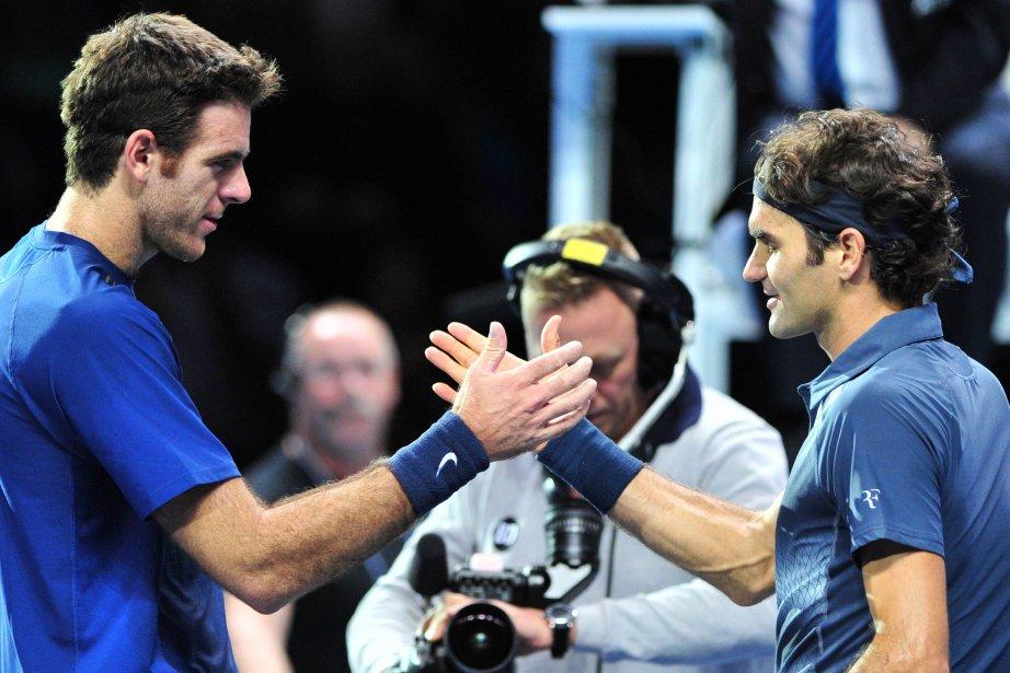Juan Martin del Potro (à gauche) félicite Roger... (PHOTO GLYN KIRK, AFP)