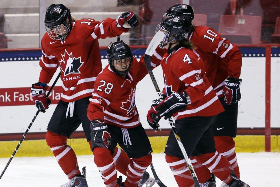 La Canadienne Vicki Bendus (28) célèbre un but... (Photo Mike Groll, AP)