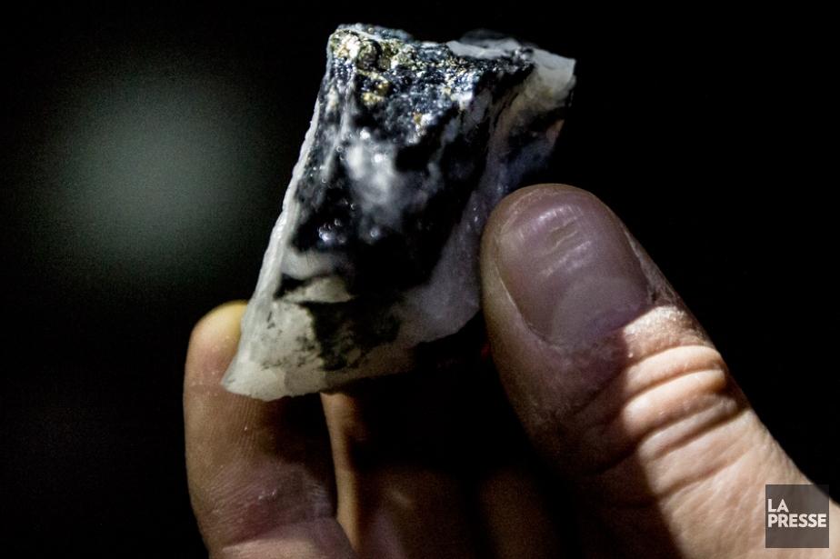 Une pépite de fer contenant une petite quantité... (PHOTO OLIVIER PONTBRIAND, LA PRESSE)