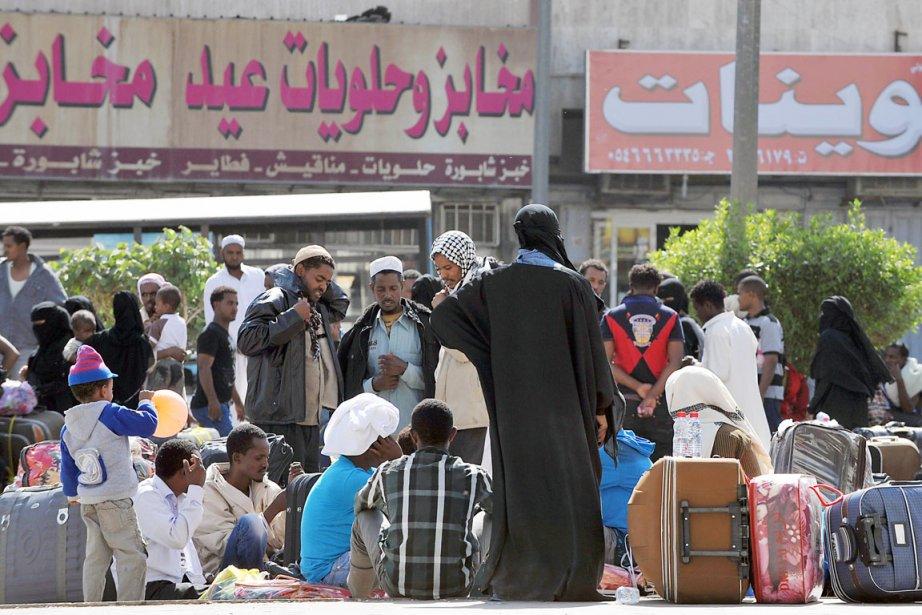 Abandonnant le quartier de Manfouha, où se concentre... (PHOTO FAYEZ NURELDINE, AFP)