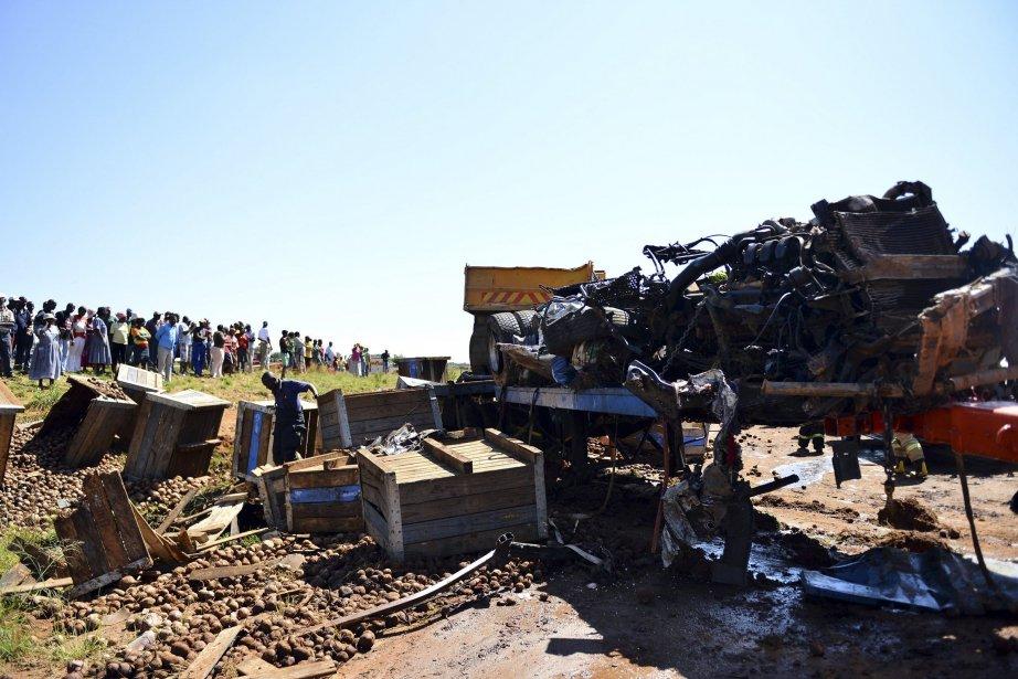 Les deux véhicules endommagés et débris remorqués sous... (Photo REUTERS)