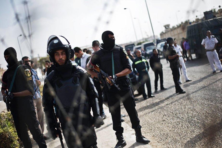 Des policiers anti-émeutes, au Caire, le 4 novembre.... (PHOTO GIANLUIGI GUERCIA, ARCHIVES AFP)