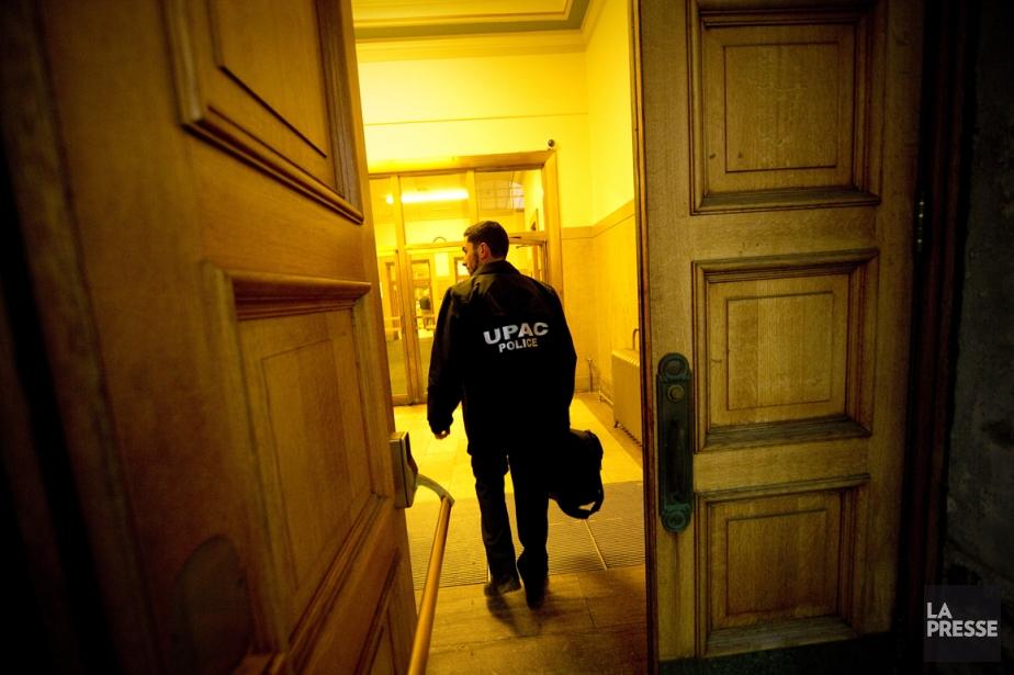 Des agents de l'UPAC menant une perquisition à... (Photo archives La Presse)