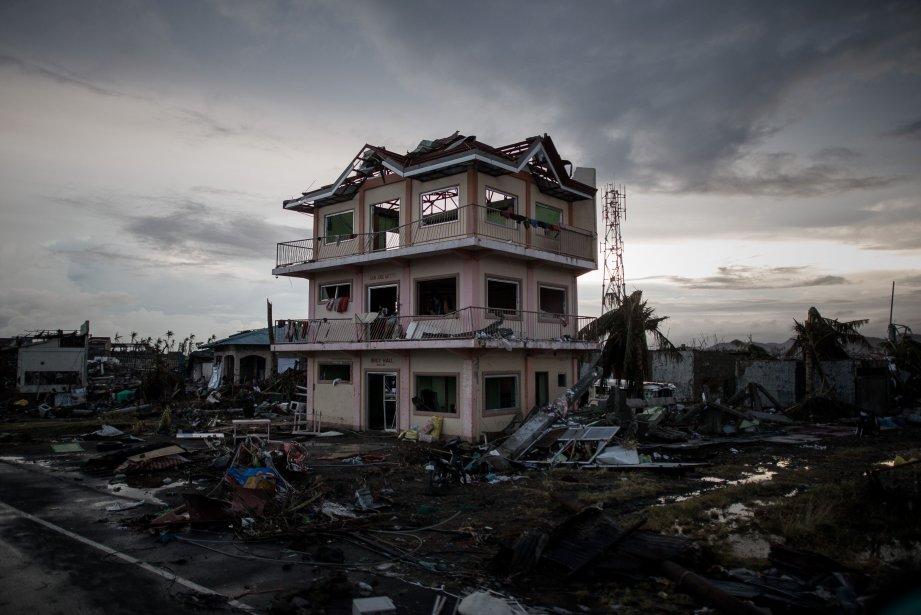 Une des rares maisons toujours debout àTaclobanaprès du... (Photo PHILIPPE LOPEZ, AFP)