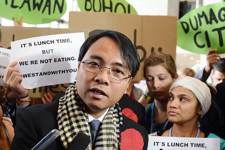 Entourant le délégué philippin Naderev Sano, les écologistes... (PHOTO AP)