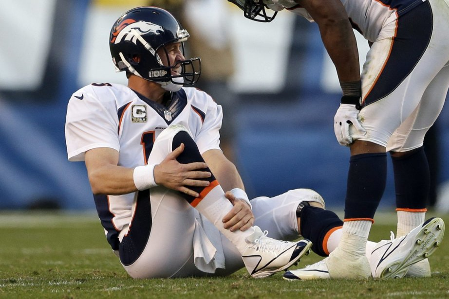 Peyton Manning s'est blessé à la cheville droite... (Photo Gregory Bull, AP)