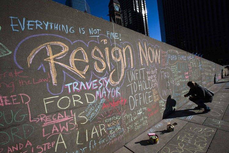 Des messages écrits à la craie par des... (Photo: Reuters)