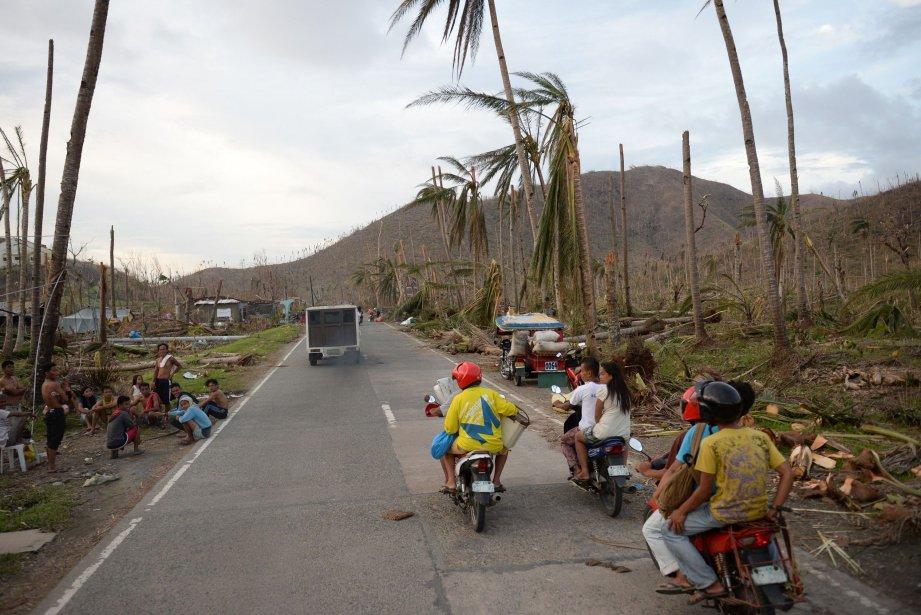 Effrayés par le typhon et les épisodes de... (PHOTO TED ALJIBE, AFP)