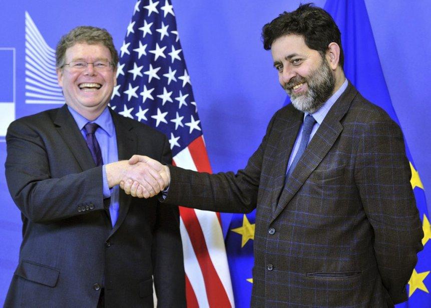 Le négociateur européen, Ignacio Garcia-Berceron (à droite), etson... (PHOTO AGENCE FRANCE PRESSE)