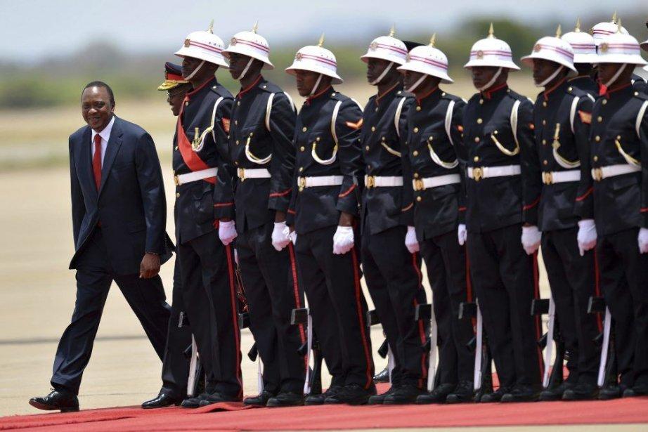 Le président du Kenya Uhuru Kenyatta, à gauche.... (Photo Monirul Bhuiyan, Agence France-Presse)