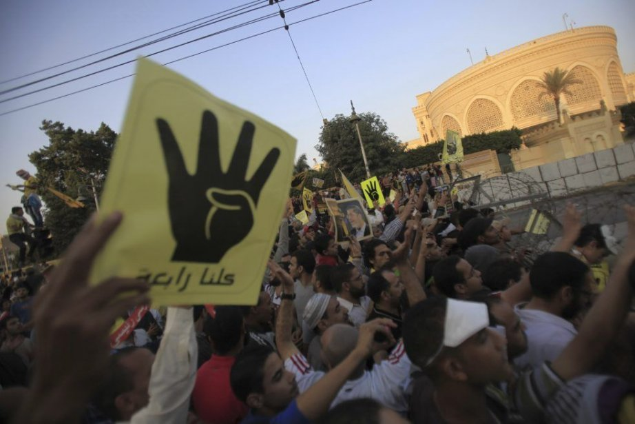 Les partisans du président déchu Mohammed Morsi, ont... (PHOTO AMR ABDALLAH DALSH, REUTERS)