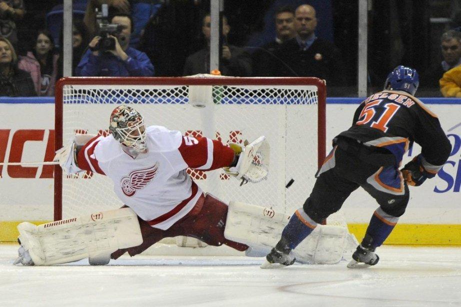 Frans Nielsen (51) des Islanders perce le filet... (Photo Kathy Kmonicek, AP)