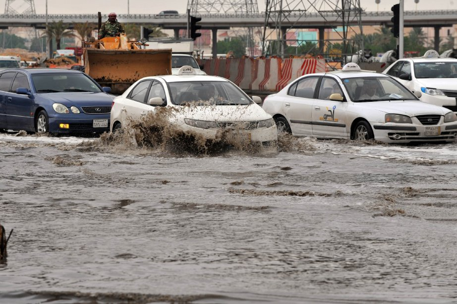 Des pluies abondantes, accompagnées d'orages samedi soir, ont... (Phot FAYEZ NURELDINE, AFP)
