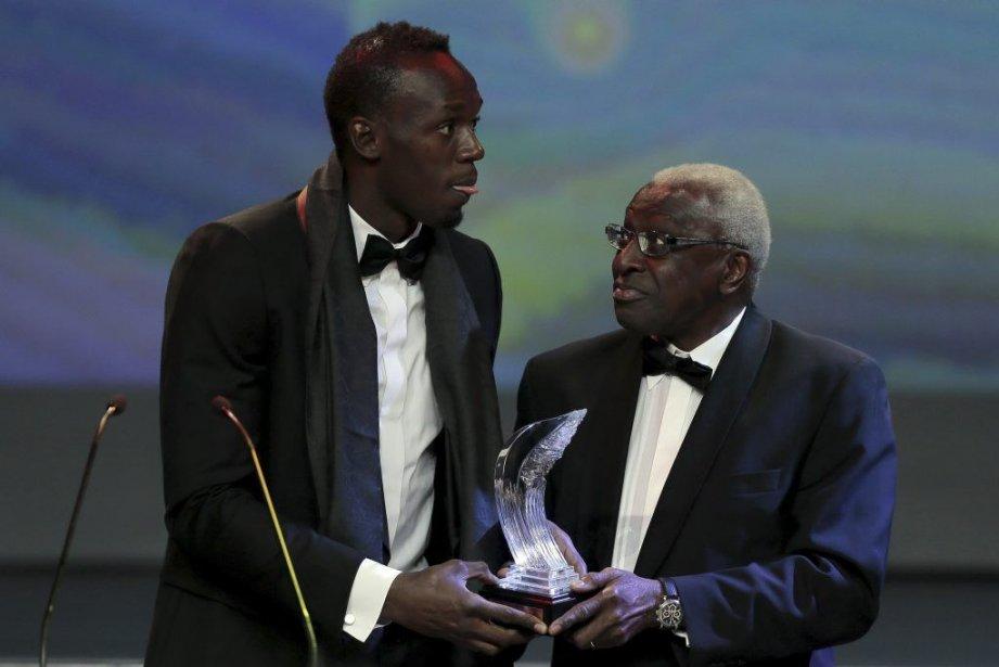 Lamine Diack (à droite), président de la Fédération... (PHOTO VALÉRY HACHÉ, AGENCE FRANCE PRESSE)
