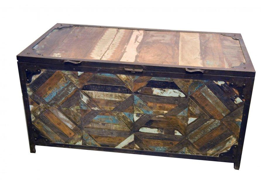 Coffre en bois recyclé, 850 $ chez Balivernes Boutique,1595, boul.... | 2013-11-17 00:00:00.000
