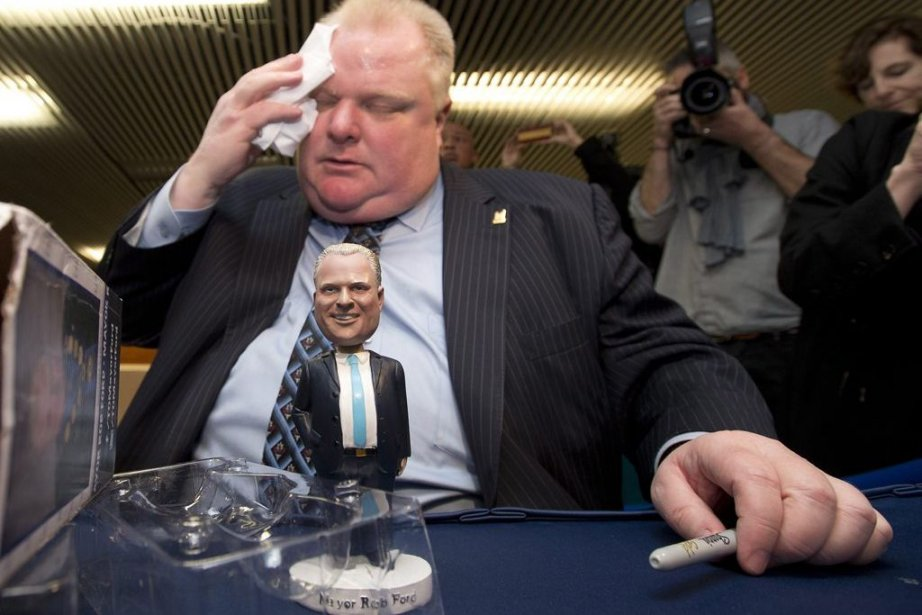Rob Ford s'essuie le front lors d'une séance... (PHOTO FRANK GUNN, LA PRESSE CANADIENNE)