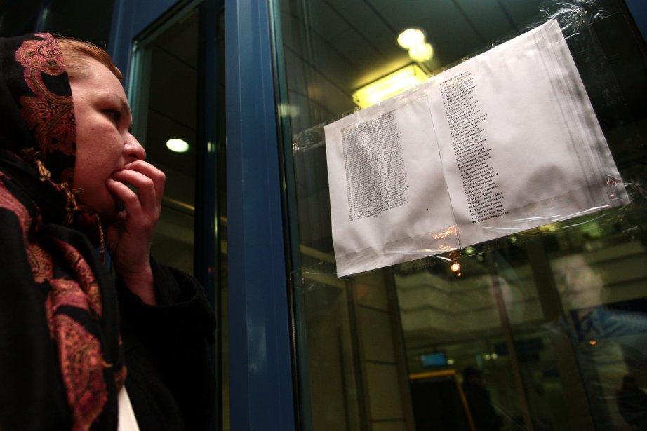 Une femme consulte la liste des passagers décédés... (Photo Nikolai Alexandrov, AP)