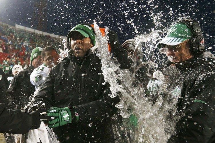 L'entraîneur-chef des RoughridersCorey Chamblin a reçu la traditionnelle... (Photo: Reuters)