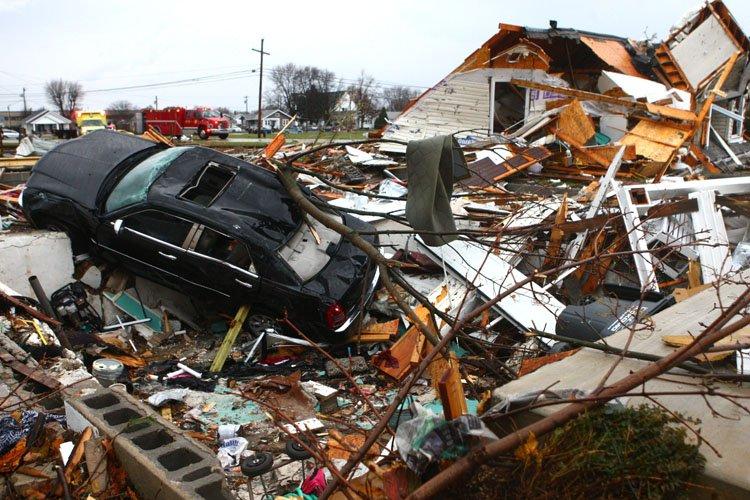 Une voiture a atterrisur les restants d'une maison... (Photo: AP)
