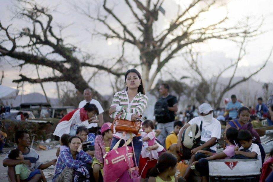 Des survivants attendent d'être évacués à Tacloban.... (PHOTO DITA ALANGKARA, AP)