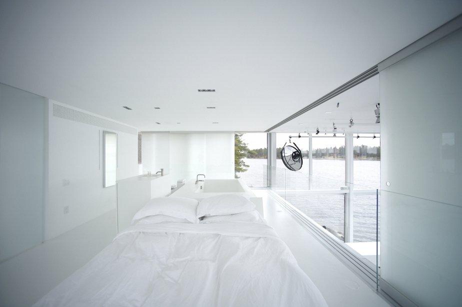 Suspendue à l'étage et surplombant le studio, la chambre prend la forme «d'une boîte dans une boîte» que ses panneaux coulissants de verre permettent d'isoler intégralement. | 18 novembre 2013