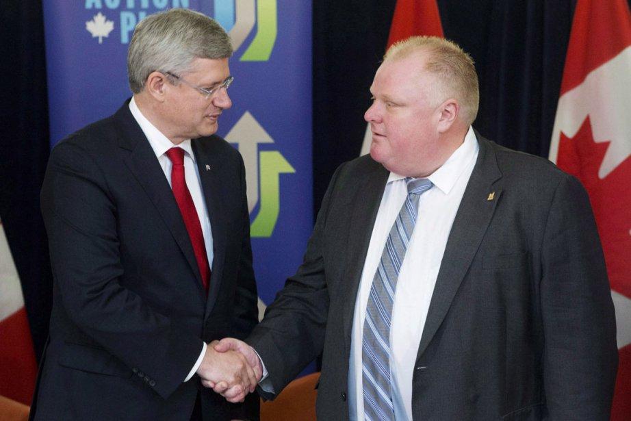 Le premier ministre Stephen Harper serrant la main... (Photo d'archives Mark Blinch, PC)