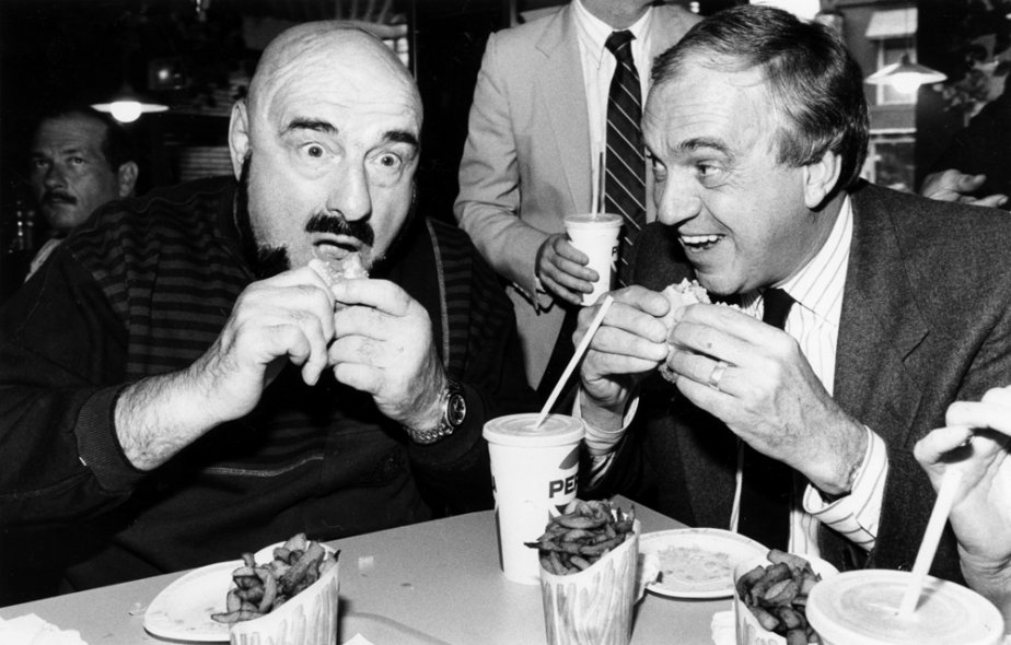 Maurice «Mad Dog» Vachon à son restaurant, avec le chef du NPD Ed Broadbent, durant la campagne électorale fédérale de 1988. (Photo Bernard Brault, La Presse)