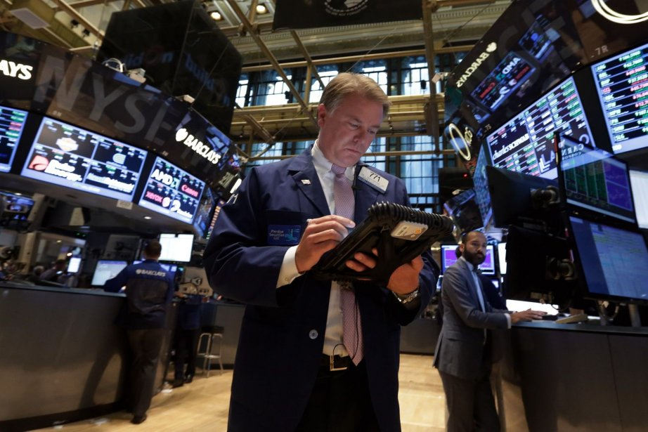 Wall Street a poursuivi son ascension vendredi, en... (Photo Richard Drew, AP)