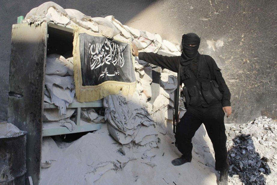 Un djihadiste syrien à Alep, le 26 octobre.... (PHOTO MOLHEM BARAKAT, ARCHIVES REUTERS)