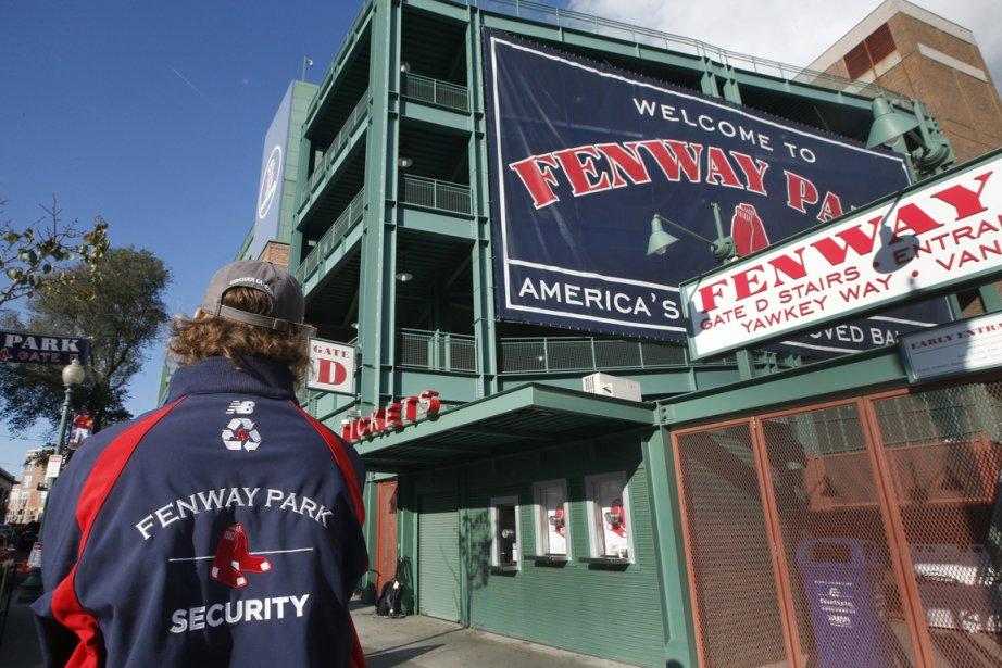 Un agent de sécurité devant le Fenway Park,... (Photo Elise Amendola, AP)
